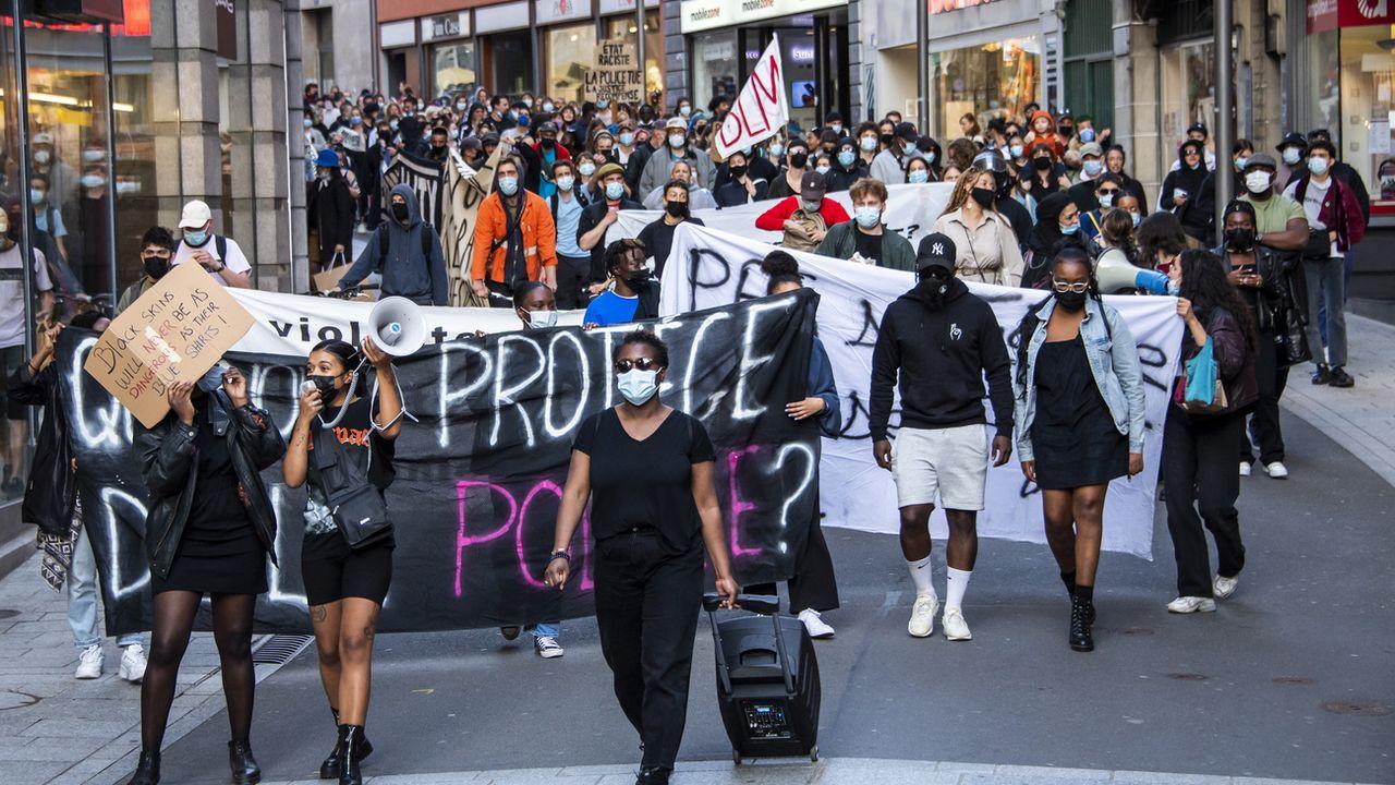 Des manifestations avaient avaient eu lieu en mars 2021 après l'acquittement du policier. [Jean-Christophe Bott - Keystone]