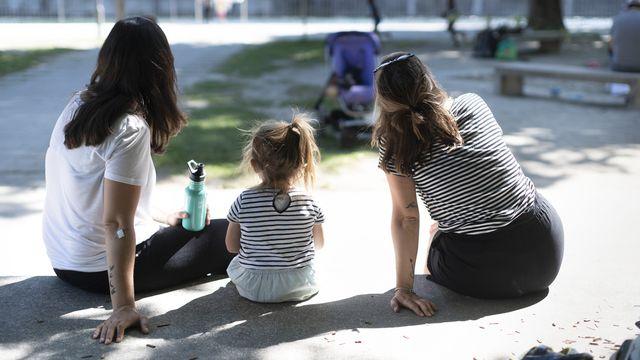 Un couple de lesbiennes avec leurs enfants photographiés à Zurich le 8 juin 2019. [Gaëtan Bally - Keystone]