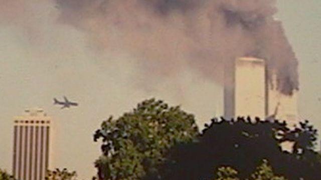 L'arrivée du deuxième avion sur les tours jumelles. [AP Photo/William Kratzke - Keystone]