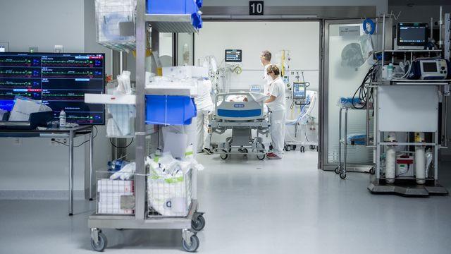 Un patient Covid pris en charge dans une unité de soins intensifs au CHUV de Lausanne en novembre 2020. [Jean-Christophe Bott - Keystone]