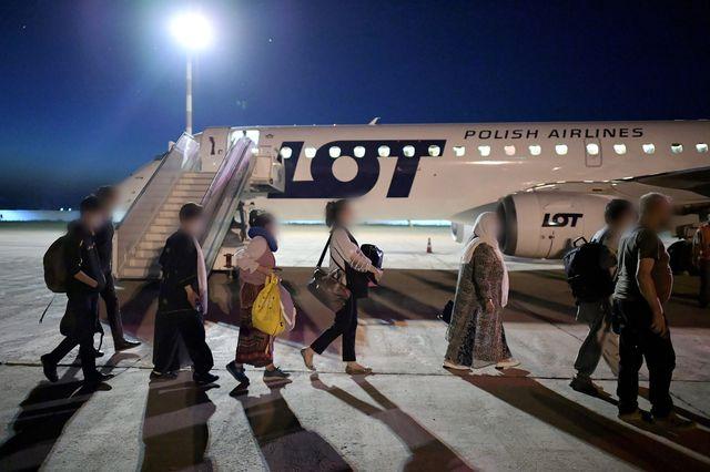 Gli sfollati da Kabul sono diretti su un aereo diretto a Varsavia il 20 agosto 2021 in Uzbekistan. [Marcin Obara - EPA/Keystone]