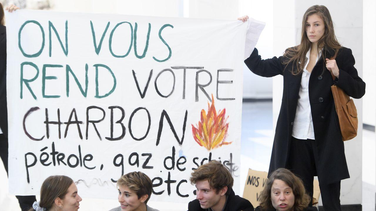 Les entreprises devront faire preuve de transparence sur leur impacte environnemental (ici des militants de la Grève du Climat à Lausanne). [Laurent Gilliéron - Keystone]