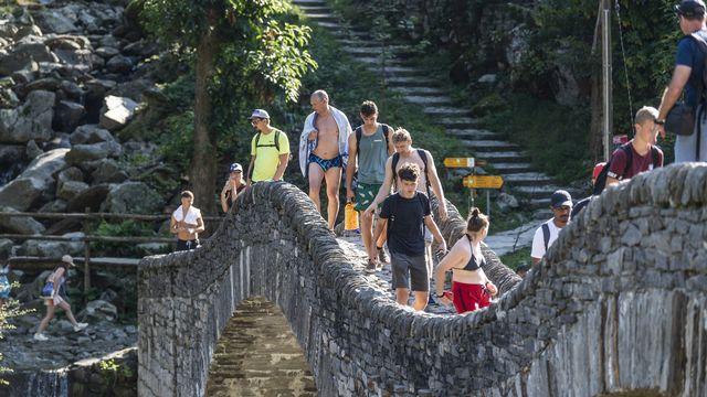 Des touristes affluent dans le val Verzasca, le 11 août 2021. [Francesca Agosta - Keystone]