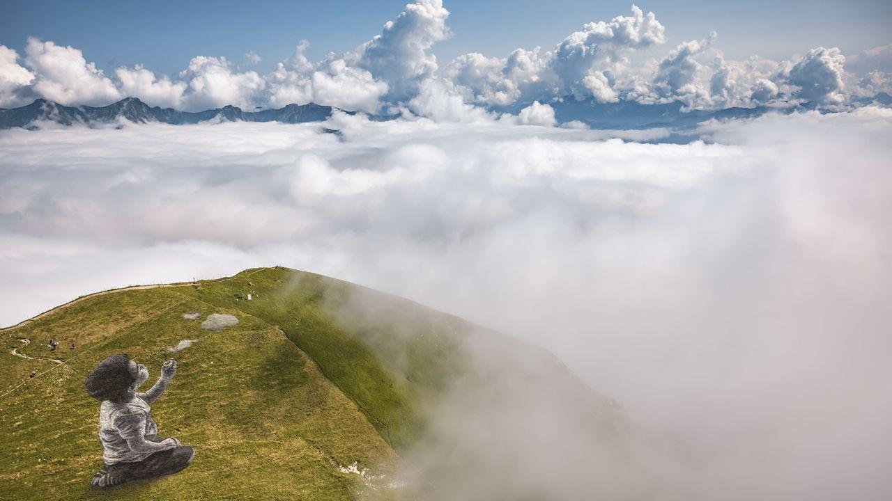 """""""Un nouveau souffle"""", la fresque biodégradable de 1500 mètres carrés de Saype, se trouve à côté du sommet du Moléson (FR). Jeudi 25 août 2021. [Valentin Flauraud - Keystone/epa]"""