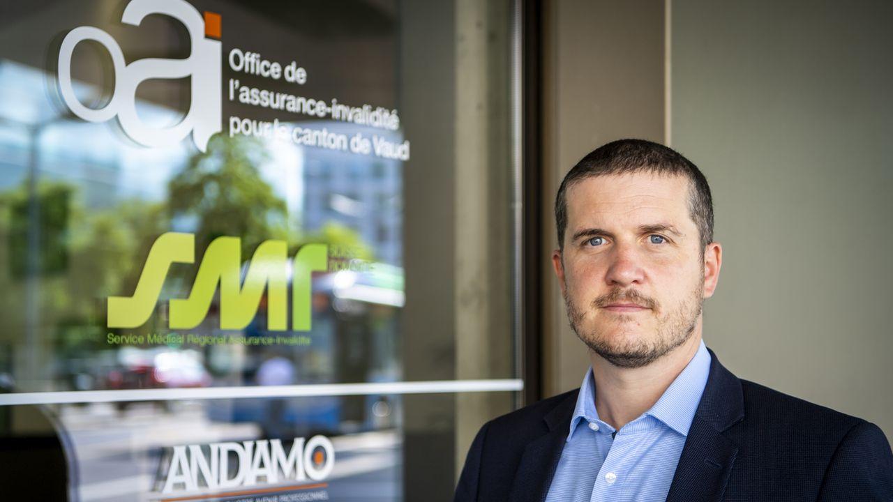 Olivier Barraud, directeur de l'office de l'assurance invalidité de Vaud, pose devant le nouvel espace de l'Office de l'Assurance invalidité le vendredi 27 août 2021 à Vevey. [Jean-Christophe Bott - Keystone]