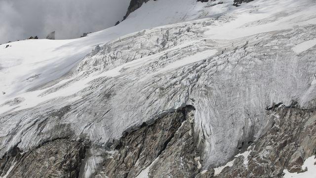 La fonte des glaciers révèle de plus en plus les vestiges du mésolithique conservés dans la glace. Le canton d'Uri et l'institut de recherche Cultures des Alpes appellent les randonneurs à documenter et signaler toute découverte. [GAETAN BALLY - KEYSTONE]
