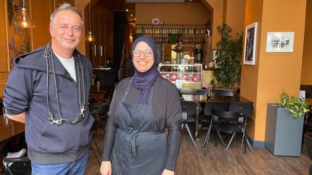 Andreas Tölke et Layali Jafaar, les deux «boss» du restaurant Kreuzberger Himmel, à Berlin. [Carole Pirker - RTS Religion]