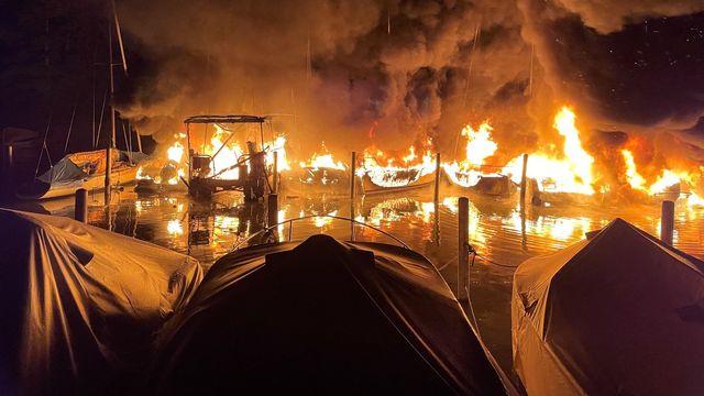 Plus de dix bateaux ont été détruits par les flammes dans le port de Lachen (SZ). [Kantonspolizei Schwyz - Keystone]