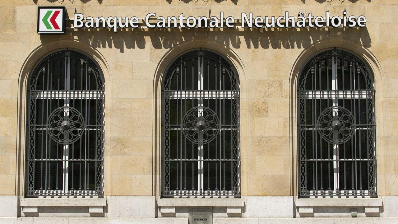 Le logo de la Banque cantonale neuchâteloise, photographié ici à l'agence de La Chaux-de-Fonds. [Thomas Delley - Keystone]