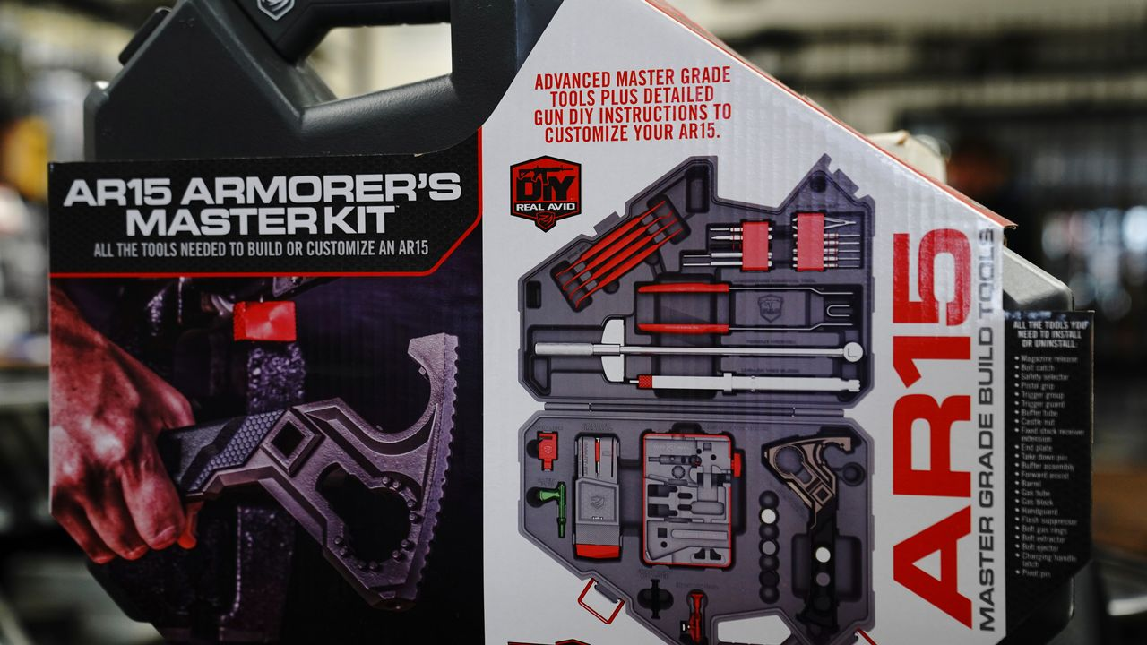 Exemplaire d'un kit qui permet d'assembler une arme de type AR-15, très populaire aux Etats-Unis. [Bing Guan - Reuters]