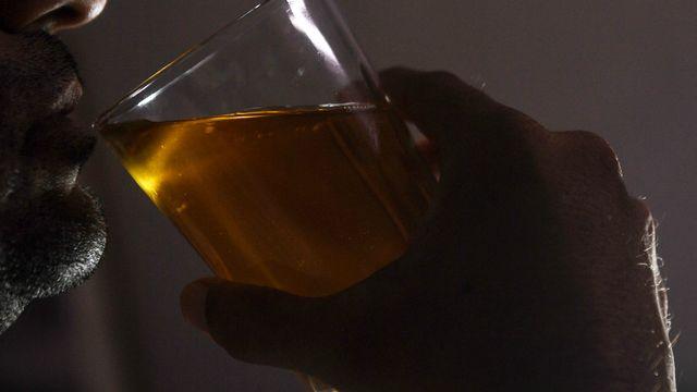 Alcool 5/5: une longue traversée, l'addiction. [Asif Hassan - AFP]