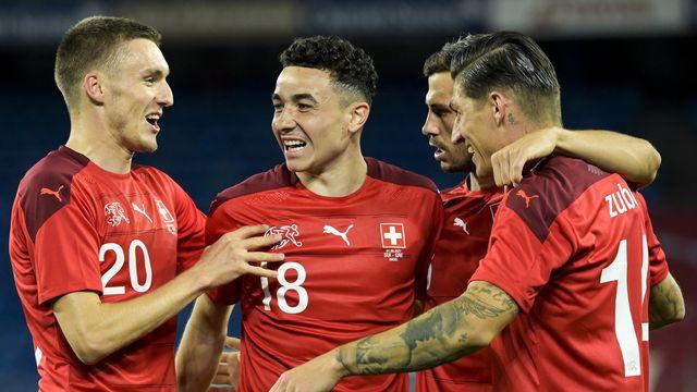 Ruben Vargas (au centre) est félicité par ses coéquipiers après avoir inscrit le 2-1. [Georgios Kefalas - Keystone]