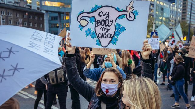 5ème journée de protestation contre le jugement qui pourrait conduire à une interdiction quasi totale des avortements à Varsovie (en Pologne), le 26 octobre 2020. [fotokon - Depositphoto]