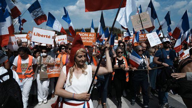 Une manifestation anti-pass sanitaire à Paris. [AP Photo/Thibault Camus - Keystone]