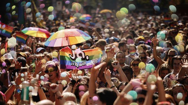 Plus de 20'000 personnes ont défilé samedi après-midi lors de la Zurich Pride. [Michael Buholzer - Keystone]