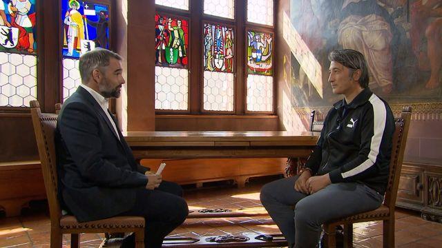 Murat Yakin (à droite) s'est entretenu le 27 août avec David Lemos à l'Hôtel de Ville de Bâle. [RTS]
