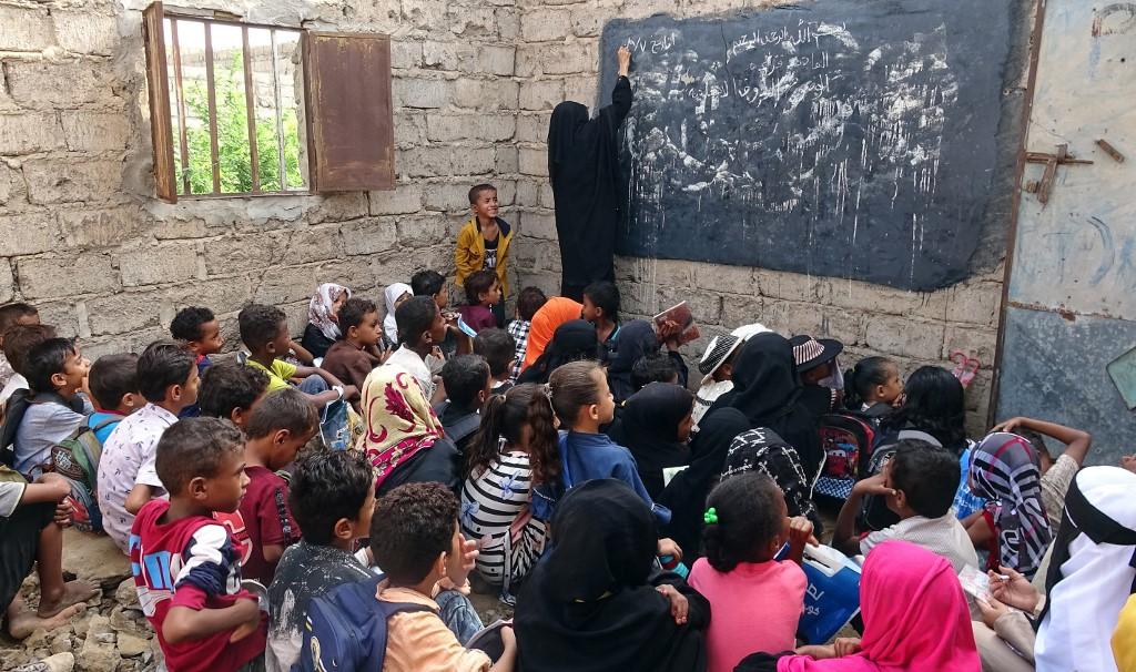 Niños yemeníes desplazados asisten a una clase en un edificio escolar en ruinas en la provincia occidental de Hodeidah, devastada por la guerra, el 5 de septiembre de 2021. [Khaled Ziad - AFP]