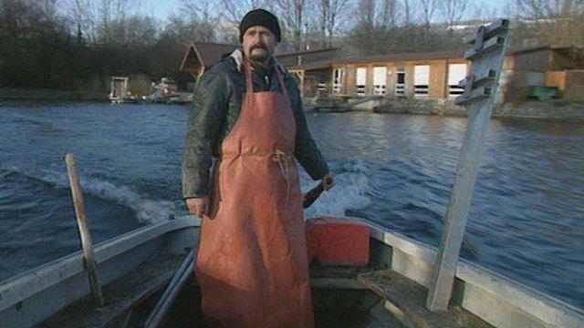 Savoureux portrait croisé d'un pêcheur professionnel et d'un garde-faune du canton de Neuchâtel qui racontent leur passion de la nature. [RTS]