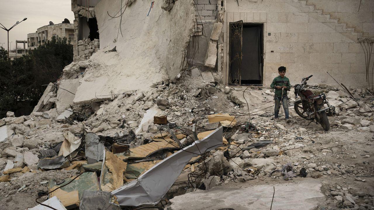 Un enfant photographié en 2020 dans un bâtiment fortement endommagé à Idlib en Syrie. [Felipe Dana - Keystone]