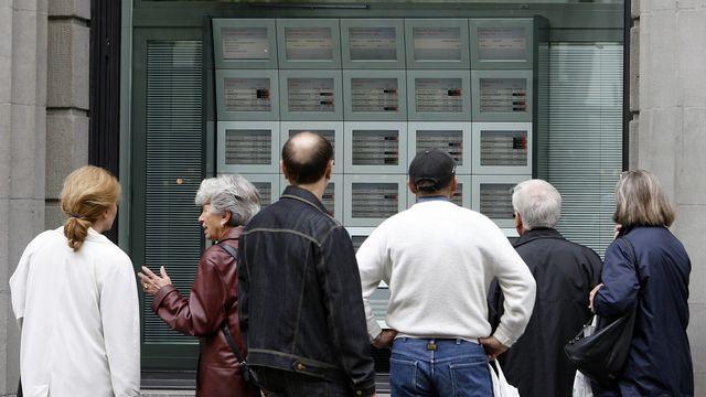 Des passants devant une filiale UBS sur la Bahnhofstrasse à Zurich le 10 octobre 2008. [Alessandro Della Bella - Keystone]