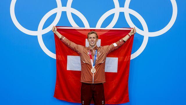 Jeremy Desplanches célèbre sa médaille de bronze du 200m 4 nages aux JO de Tokyo. [Patrick B. Kraemer - Keystone]