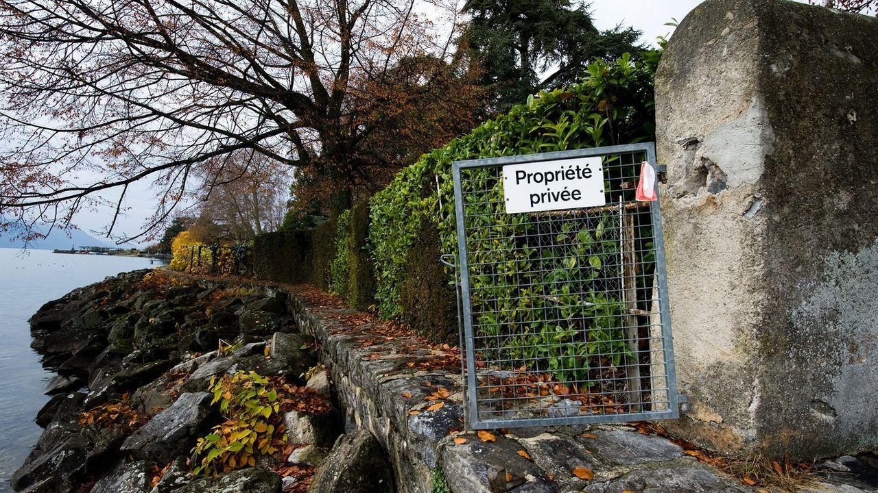 """Une barrière sur laquelle est écrit """"propriété privée"""" annonce l'interdiction de passage le long du bord du Lac Leman. [Keystone]"""