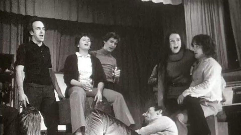 La troupe du TPR en 1971. On y reconnaît Yvette Théraulaz et Roger Jendly [RTS]