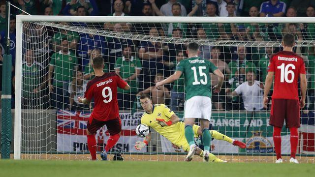 Bailey Peacock-Farrell repousse ici le penalty de Haris Seferovic. [Peter Morrison - Keystone]