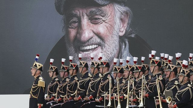 La Garde républicaine rend hommage à Jean-Paul Belmondo aux Invalides. [Ian Langsdon, Pool Photo via AP - Keystone]