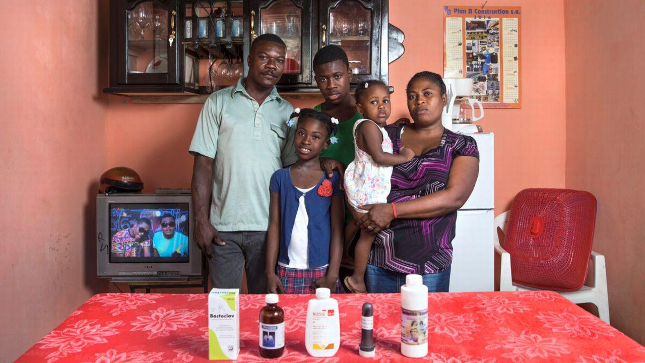 """Une photographie de l'exposition """"Happy Pills"""" de Arnaud Robert et Paolo Woods. [Paolo Woods - DR]"""
