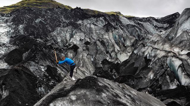 Scientfique sur un glacier en Islande [Samuel Turpin - RTS]