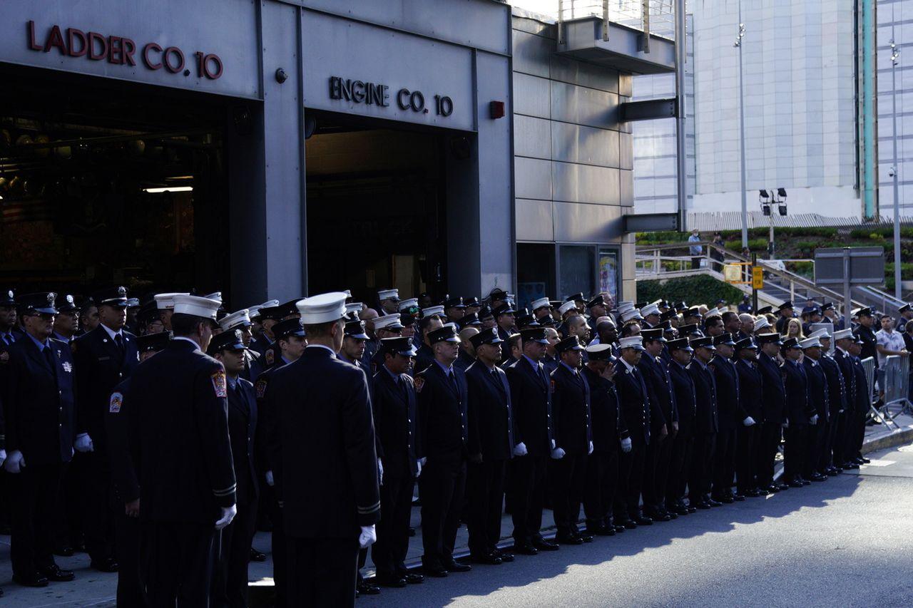 Des membres du corps des pompiers de New York observent une minute de silence. [Will Oliver - EPA/Keystone]