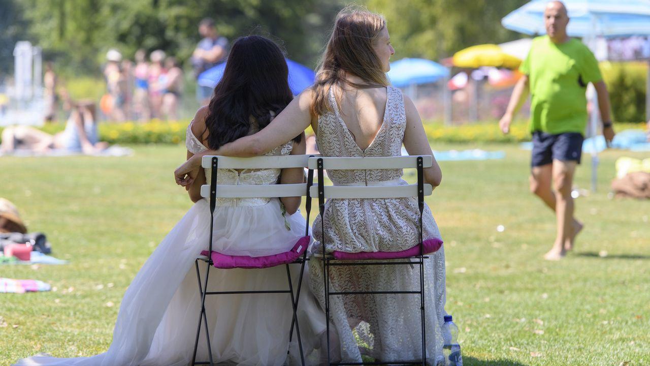 Un couple de femmes, dans une manifestation en faveur du mariage pour tous. [Anthony Anex - Keystone]