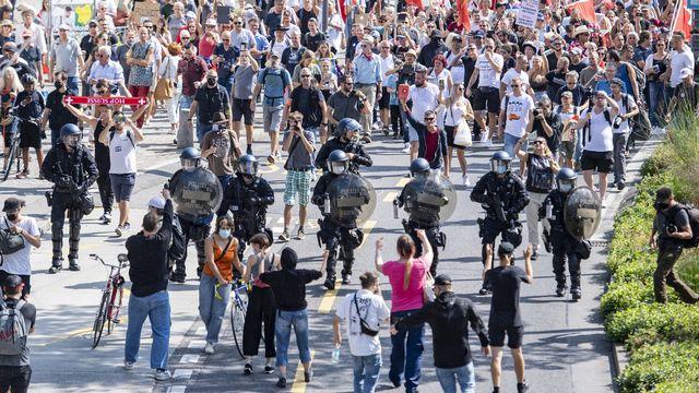 La police a dû intervenir pour séparer le défilé contre les mesures Covid de contre-manifestants. [Urs Flueeler - Keystone]