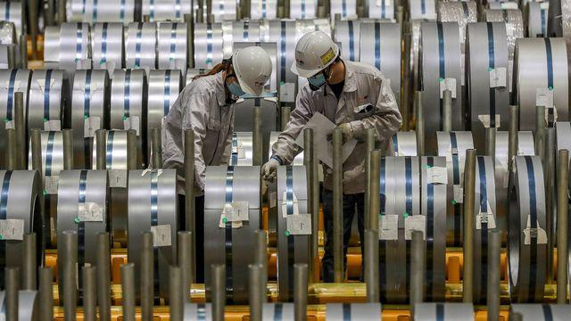 Du personnel d'une usine d'aluminium à Wuhan, en Chine. [STR - AFP]