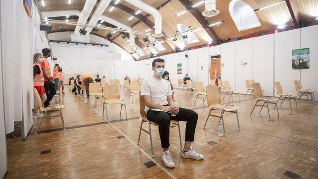 Un jeune Tessinois attend sa vaccination à Mendrisio, le 29 juin 2021. [Pablo Gianinazzi - Keystone]