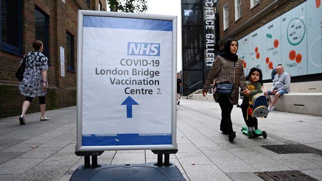 Un panneau dirigeant vers un centre de vaccination à Londres. [Andy Rain/EPA - Keystone]