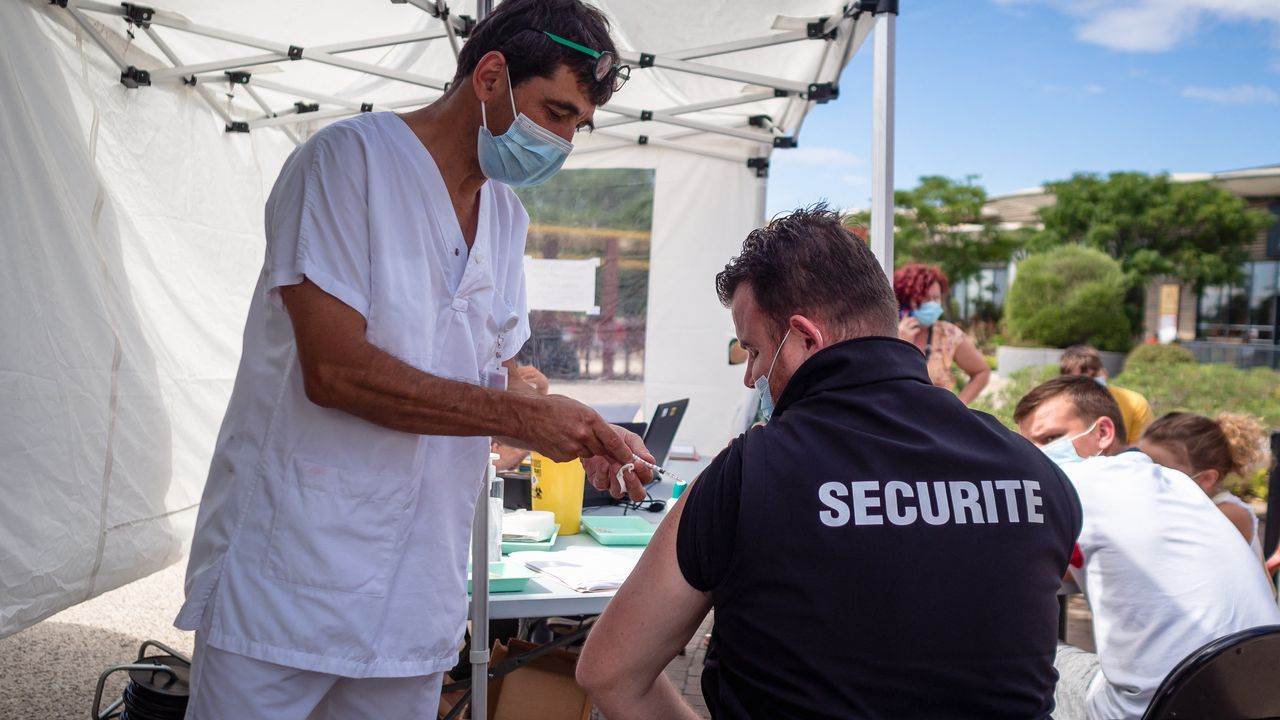 Le personnel soignant ainsi que divers corps de métier au coeur du système de soins doit présenter patte blanche dès mercredi en France pour continuer de travailler. [Hans Lucas - AFP]