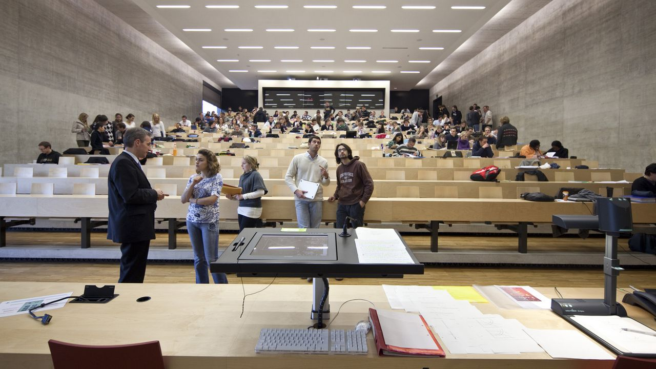 Les étudiants protestent contre la possible augmentation de la taxe à Fribourg. [Martin Rütschi - Keystone]