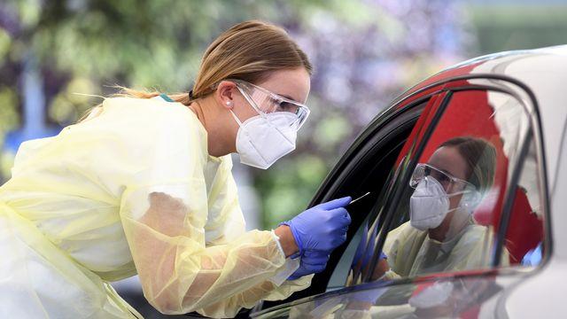 La Suisse compte mercredi 2604 cas supplémentaires de coronavirus en 24 heures, selon les chiffres de l'Office fédéral de la santé publique (OFSP). On déplore 11 décès supplémentaires et 77 malades ont été hospitalisés. [LAURENT GILLIERON - KEYSTONE]
