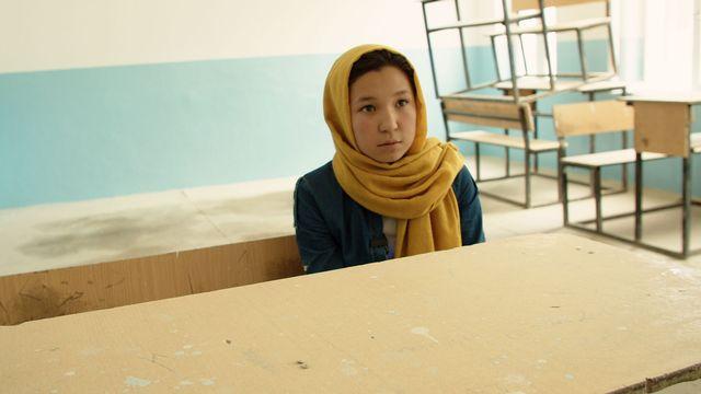 Habiba sur un banc de son école. [RTS]