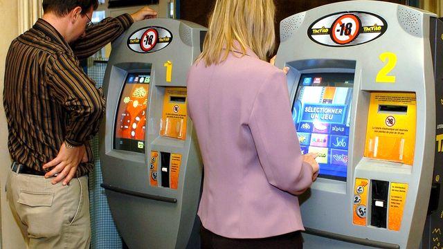 Les Tactilos, principalement exploités dans les bars et restaurants, seront désormais soumis à une législation plus stricte pour éloigner les accros. [RTS]