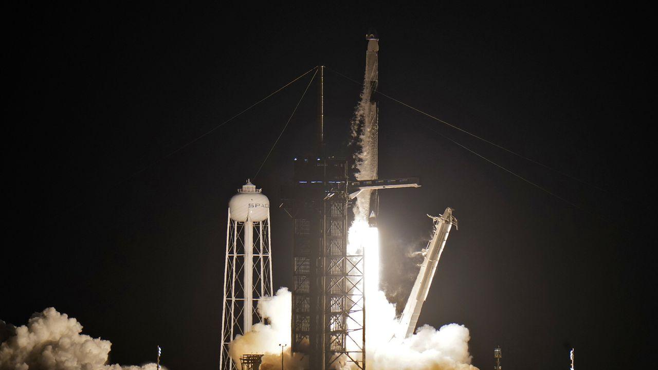Les premiers touristes de SpaceX ont entamé leur croisière spatiale. [Chris O'Meara - Keystone/AP]