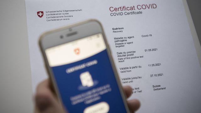 Un certificat Covid scanné par un téléphone. [Christian Beutler - KEYSTONE]