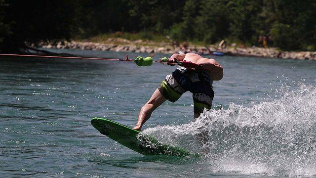 Surf à l'élastique sur l'Aar près de Berne.