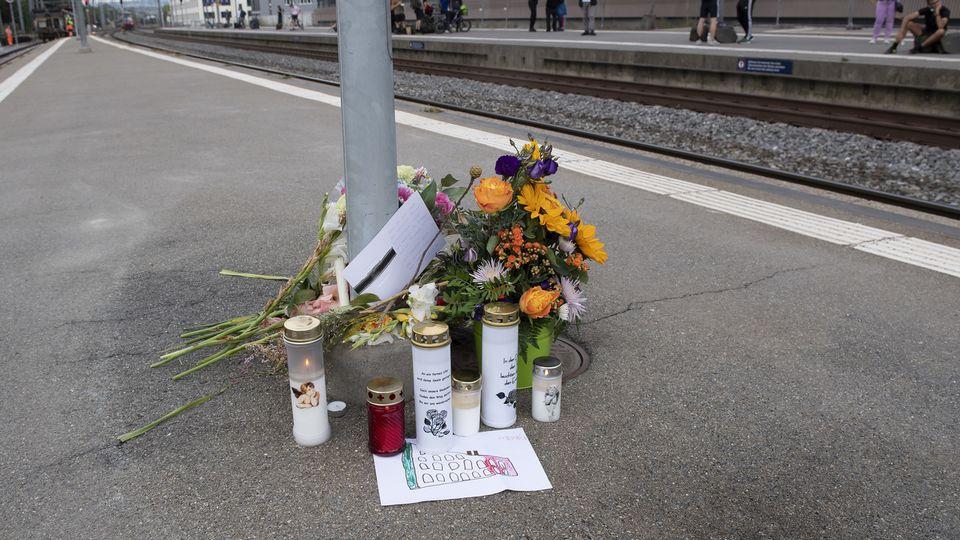 Des fleurs posées sur le quai 4 de la gare de Morges, à l'endroit où s'est produit le drame.  [Jean-Guy Python - Keystone]