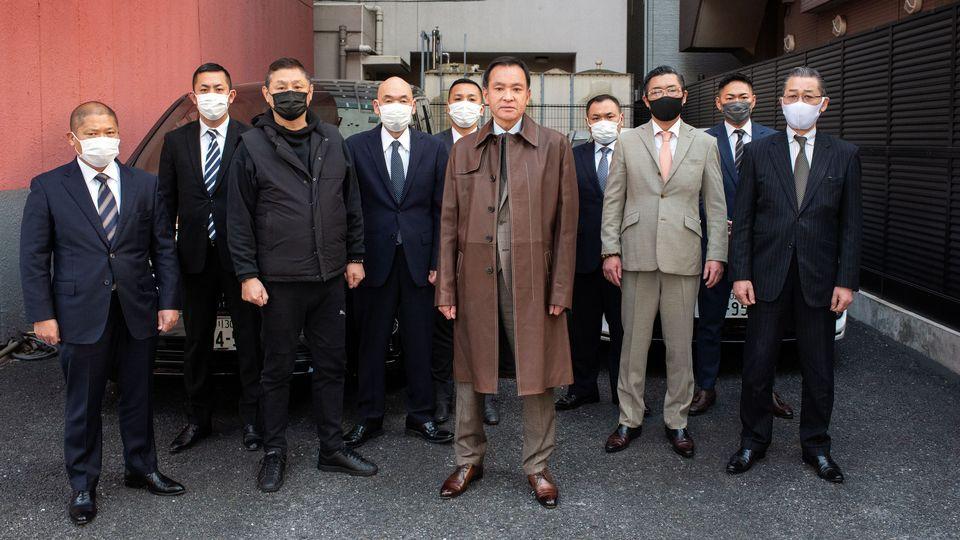Le chef yakuza, Masatoshi Kumagai, entouré de ses hommes de main [ERIC RECHSTEINER  - PANOS PICTURES]