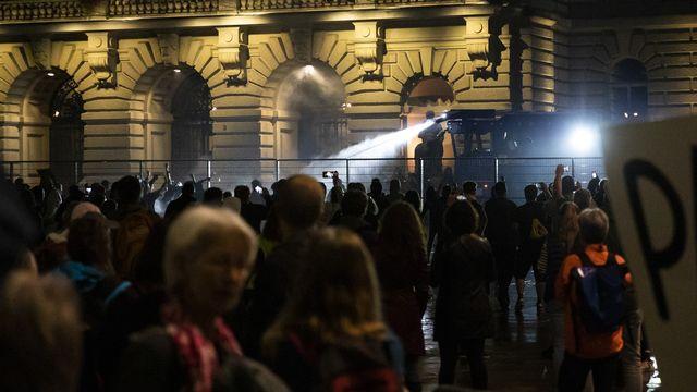 Un canon à eau a été utilisé devant le Palais fédéral contre les manifestants opposés aux mesures de lutte contre le coronavirus. [Peter Klaunzer - Keystone]