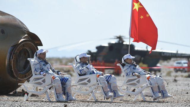 Les astronautes Nie Haisheng (centre), Liu Boming (droite) et Tang Hongbo (gauche) de retour de leur séjour de trois mois dans la future station spatiale chinoise. [Lian Zhen / Xinhua - AFP]