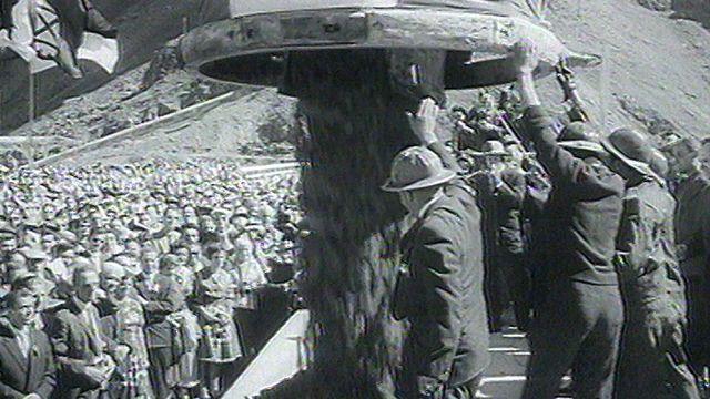 Une cérémonie marque la fin du chantier du barrage de la Dixence en 1961. [RTS]